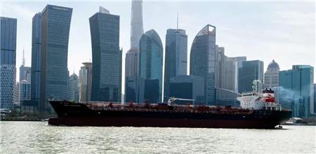 """上海中远海运重工助力""""新加坡""""轮艉轴换新"""