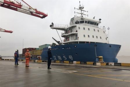"""中国最大江海直达集装箱船""""汉海5号""""轮首航洋山港"""