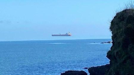 专家释疑:一艘油轮悬浮在海上究竟是怎么回事?
