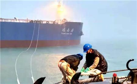 """首艘15万吨中国籍外贸油轮""""远南海""""号靠泊海腾码头"""