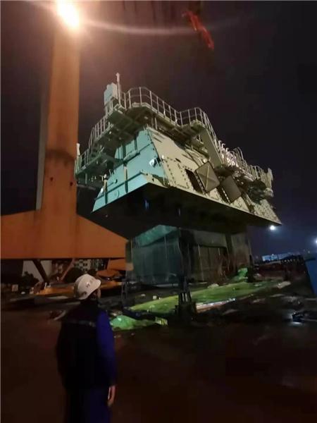 沪东中华15000TEU系列2号船高效完成主机吊装