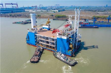 """南通中远海运船务""""铁建潜01""""改装坐地式风电安装船出坞"""