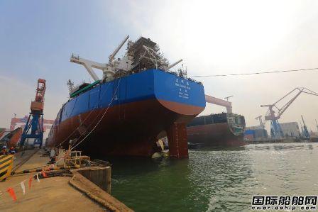 北船重工两型两艘散货船同日相继出坞