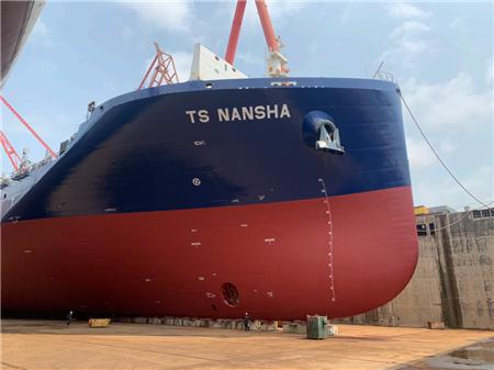 黄埔文冲为德翔海运建造首艘2700TEU集装箱船出坞