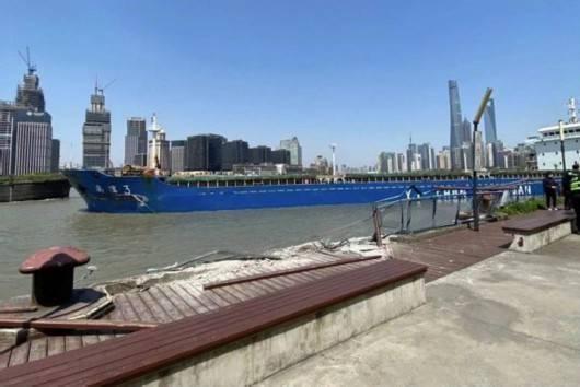万吨散货船失控碰擦上海浦东侧滨江岸边