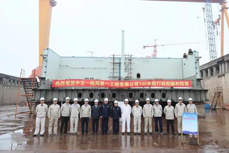 振华重工建造世界最大打桩船顺利搭载