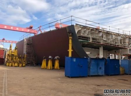 外高桥造船一号船坞同日两船出坞