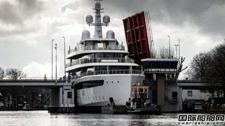"""惊险!新造百米超级游艇出厂""""挤过""""小运河"""