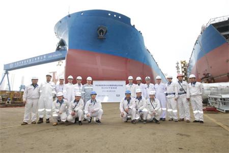 大连中远海运重工首制49900吨油轮拖移下水