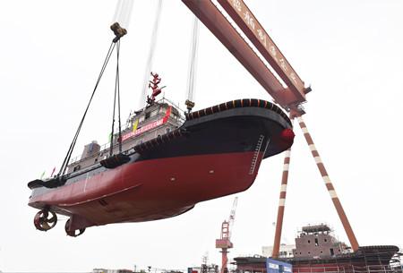 镇江船厂3234kW全回转消拖两用船顺利吊装下水