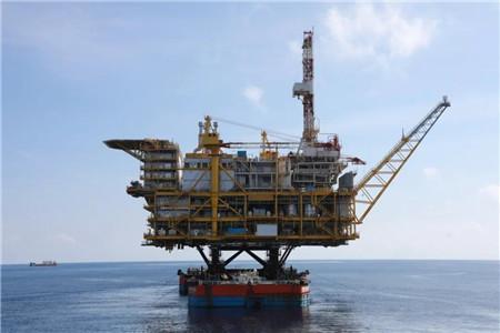 我国自主设计建造最大海上原油生产平台安装完成