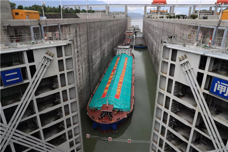 """我国首艘油气电混合动力内河船舶""""新长江26007""""轮安全运营一周年"""