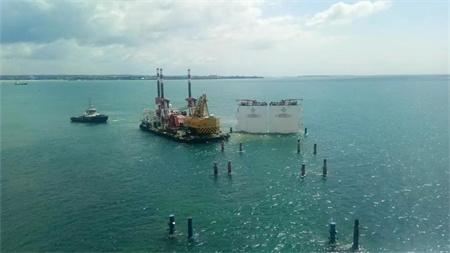 """""""振华33""""轮坦桑尼亚成功浮卸10艘工程船"""