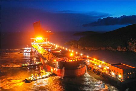 """宁波舟山港接卸全球最大40万吨矿船""""明和""""轮"""