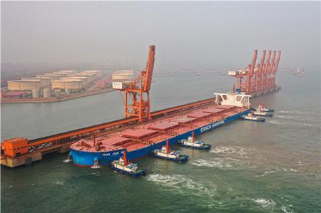 """40万吨超大型矿砂船""""远见海""""轮首次直航曹妃甸港"""
