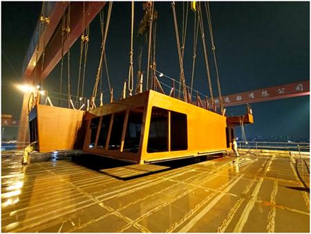 外高桥造船首制大型邮轮首只铝合金分段顺利搭载