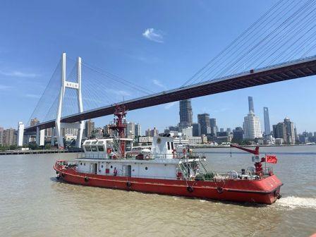 上海两艘最大消防船亮相黄浦江训练