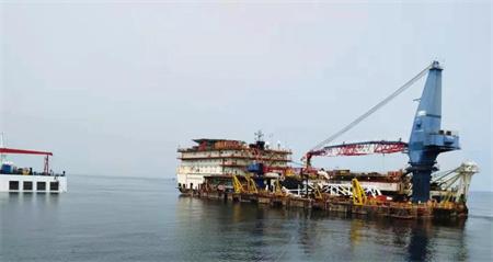 """""""振华28""""轮远东海域成功浮卸一艘铺管船"""