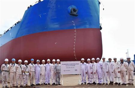 大连中远海运重工49900吨油轮2号船下水