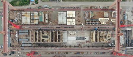 """全球最大集装箱船首个大型总段""""入驻""""长兴岛最长船坞"""