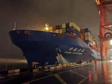"""洋山港迎来""""烟花""""过境后第一艘靠港外轮""""中海之秋""""号"""