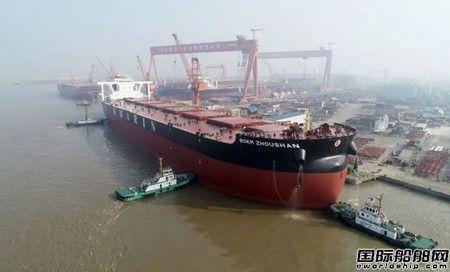 泰州海事局维护扬子江船业32.5万吨超大型矿砂船出江试航