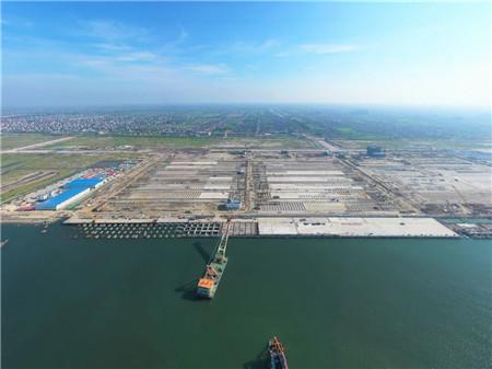 吕四港迎来首艘重大件桥吊运输船舶