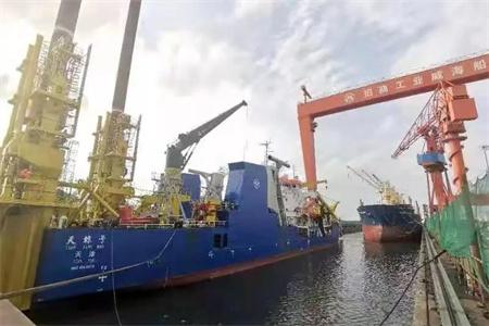 威海金陵两艘船同坞改造两船艏对艏错位进坞作业