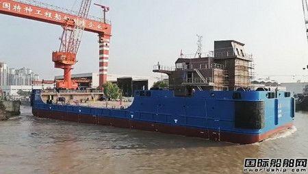 镇江船厂1艘全回转拖轮搭载2艘78米浮吊船下水