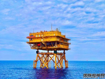 """""""振华30""""轮成功吊装国内最大的海上升压站"""