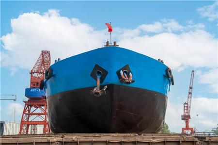 青山船厂改装植物油船年杰1号移台下水