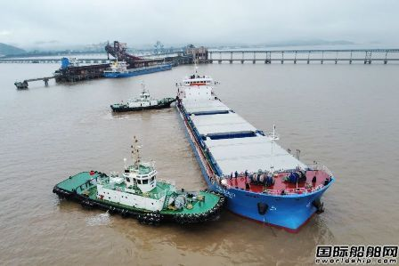 国内首制!两艘长江中游特定航线江海直达散货船启航